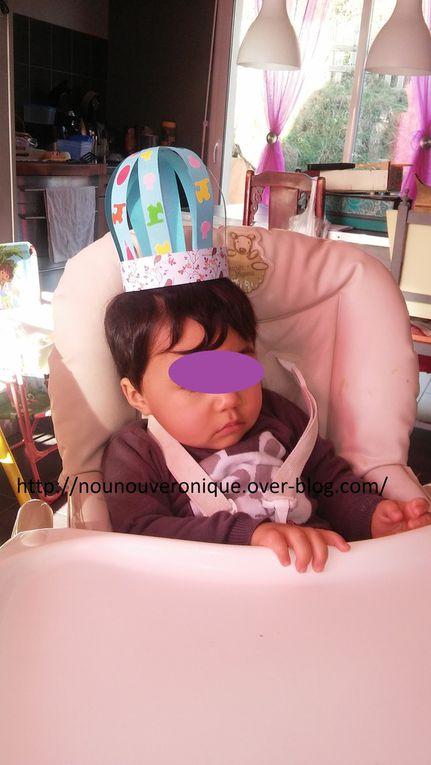 Découper 5 bandes de papier cartonnées de 5 cm de large. Laisser l'enfant décorer les bandes avec des gommettes puis agrafer les bandes décorer sur la base. Croiser les bandes et agrafer les au sommet.