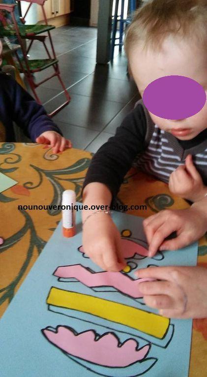 Dessiner un œuf déstructuré sur une feuille calque puis le reproduire sur plusieurs feuilles de couleurs différentes. retracer sur une des feuilles l'œuf avec un marqueur noir. découper les autres œufs. Encoller la feuille où l'œuf est redessiné puis laisser l'enfant coller les morceaux d'œufs correspondant.