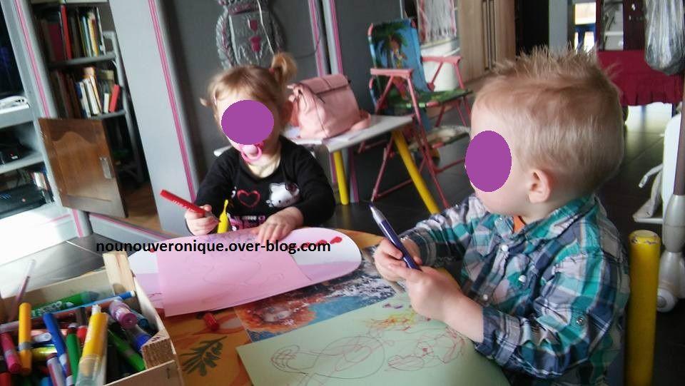 Dessiner un lapin sur la feuille de papier cartonnée, puis laisser l'enfant la décorer à sa guise ( feutres, gomettes...). découper les morceaux du lapin puis coller les sur le pot en plastique avec la colle à chaud. Mettre les pattes avant sur le côté puis les pattes arrière en dessous et la tête derrière à l'aide d'une languette. Mettre de la paille dans le fond des pots puis les remplir de chocolats. Joyeuse Pacques....