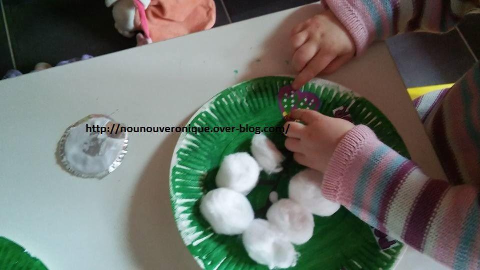 Laisser l'enfant peindre l'assiette en carton. Dessiner une tige au marqueur, puis mettre de la colle sur le bout des tige et laisser l'enfant coller les boules de coton sur l'assiette. Faire choisir à l'enfant les gommettes qu'il souhaite coller sur l'assiette, puis les découper, les encoller et laisser l'enfant les coller où il le souhaite. Et voilà un joli brin de muguet éternel!!