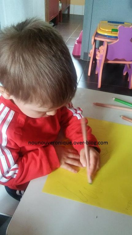 """Sur une feuille de papier cartoné uni dessiner le contour des mains de l'enfant, (il en faut 6) puis les laisser les décorer avec des feutres, des crayons de couleurs ou des gommettes. Découper les mains en laissant une marge puis plier le bord des mains et coller celles-ci au milieu d'une feuille de papier cartonné décoré. découper un cercle et coller le pour cacher les """"poignets"""". découper un cœur et le coller sur le cerce. écrire un poème sur les mains et Bonne fête maman sur le cœur. regrouper les mains ensemble et les assembler avec un fils."""