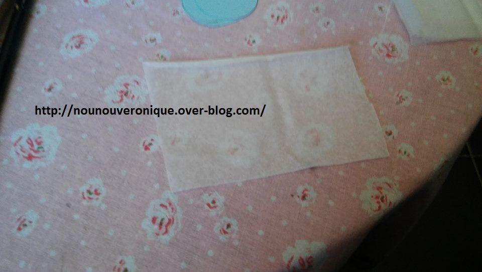 Sur une feuille de couleur faire le contour du rouleaux papier toilette. Puis le découper. Coller le cercle sur un carré de papier de soie. Passer le fils dans le centre du cercle, faire un nœud pour le retenir. Puis y ajouter une perle, faire un nœud pour bloquer la perle. Coller le papier de soie sur une des extrémités du rouleau. Faire des confettis avec le papier crépon. découper des bandes de bolduc et les scotcher sur le rouleau autour du papier de soie. Demander aux enfants de décorer une feuille de papier puis la découper de 10,5 cm/15 cm. Scotcher la feuille sur le rouleau. Pour faire le capuchon, découper un cercle  (le tour d'un verre) puis faire une incision jusqu'au milieu. former un cône puis scotcher. Passer un fils et former une boucle. Remplir le rouleau de confettis puis fixer les fils à l'intérieur du rouleau avec du scotch. Suspendre la fusée puis tirer sur la ficelle pour faire tomber les confettis....