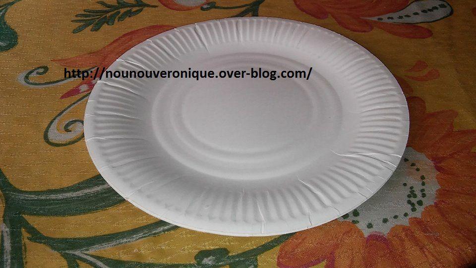 Plier l'assiette en carton en deux puis dessiner la forme du hérisson et découpé. Découper les bords de l'assiette pour faire les piquants.  Déplier pour permettre à l'enfant de peindre le hérisson. une fois sec, coller les yeux sur le hérisson.