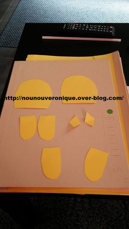 Laisser l'enfant peindre l'assiette en carton puis la découper en 2. Assembler les 2 morceaux à l'agraffeuse. Passer une paille dans le nid. Sur un craton jaune dessiner et découper les differentes parties du corps du poussin. avec de l'aide laisser l'enfant coller les ailes et le bec. Scotcher le poussin sur la paille. Y'a plus qu'à faire rentrer et sortir le poussin de son nid!!!