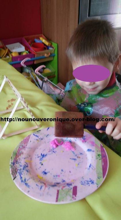 coller les bâtons de glace comme sur les photos. Puis laisser l'enfant peindre à sa guise. Terminer par y déposer une paire de boucle d'oreilles.