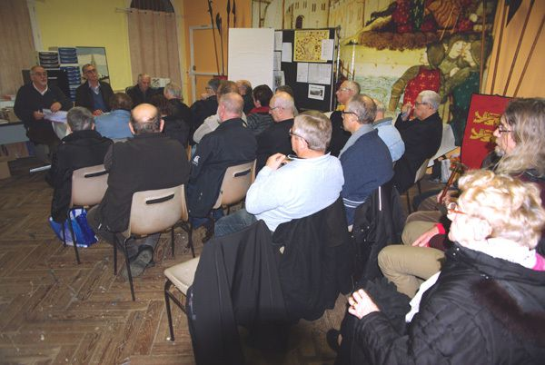 Les membres très attentifs. /  Pierre au centre et son successeur Gérard à gauche. A droite Bernard secrétaire.