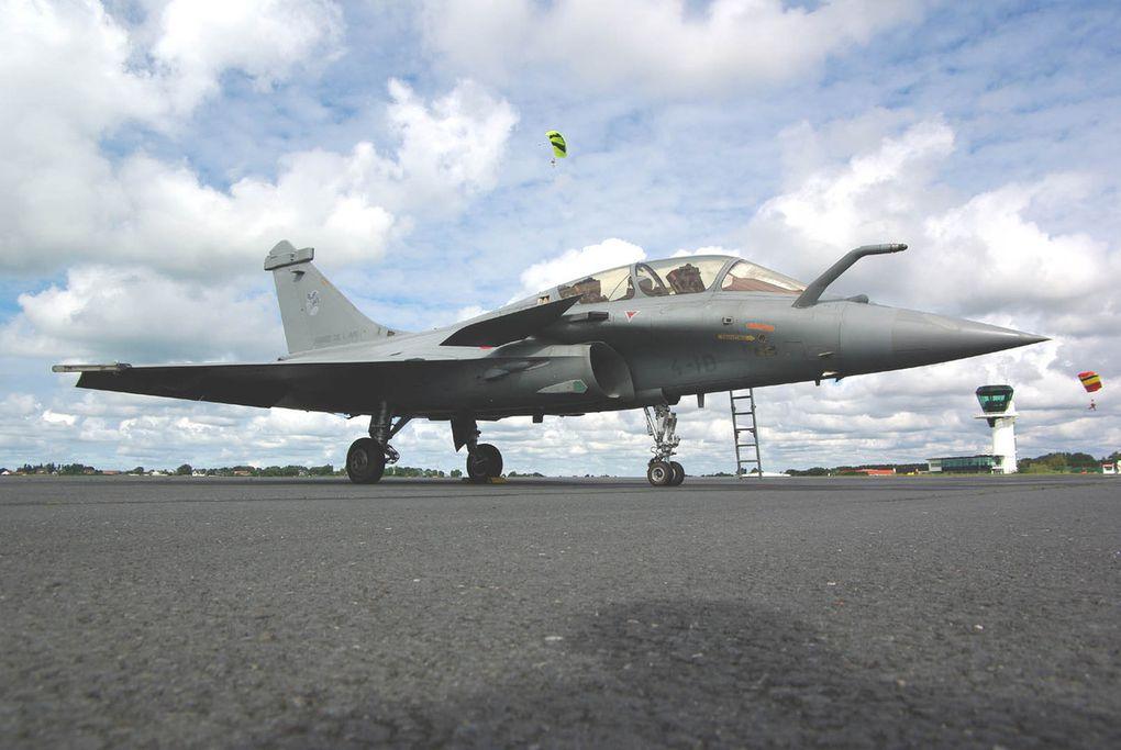 Le Dassault Rafale B N°329 codé 4-ID est l'avion remplaçant. (diapo)