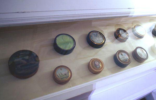 Petits objets: boites, bijoux en or, nacré, en ivoire et autre matériaux précieux sont présents. Voir quelques uns ci dessous: