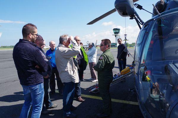 Les militaires présentent leurs machines aux visiteurs.