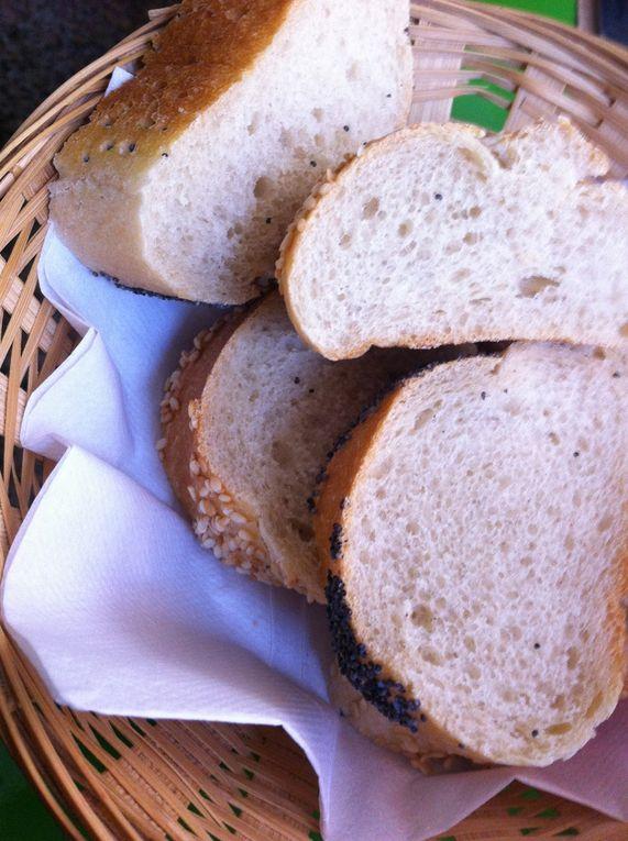 Poulet a la citronelle et paté sautées au canard et la paniere de differents petits pains