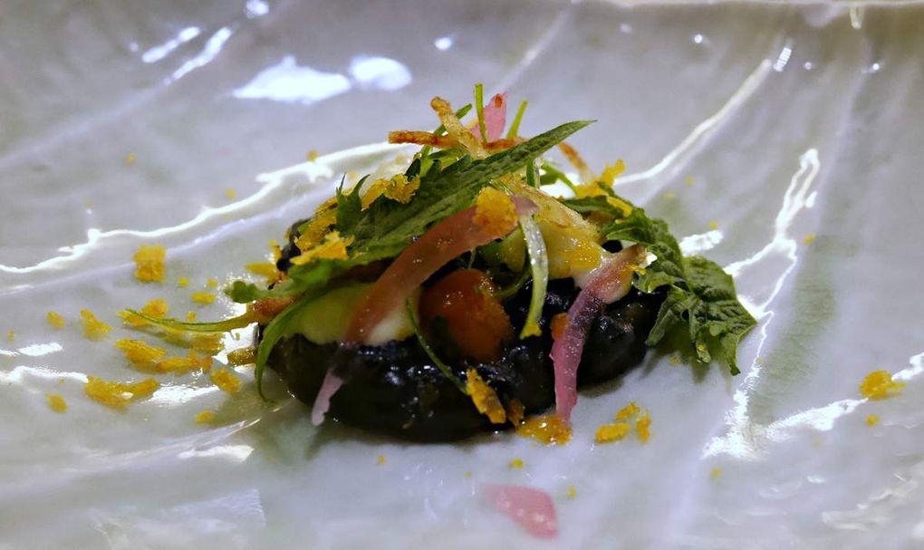 Entrée n°1: Risotto encre de seiche Purée de poireaux Citron confit Chips oignon rouge Poutargue