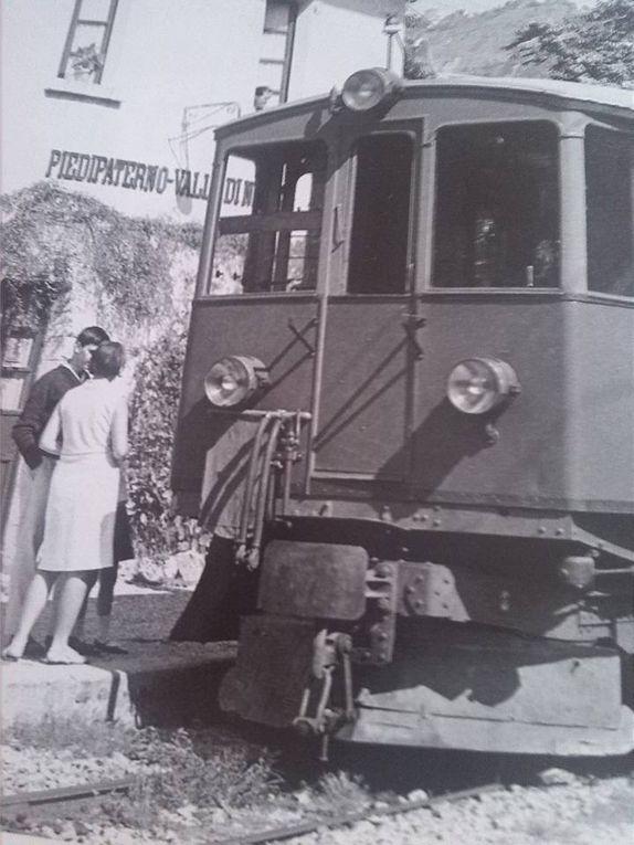 Il figlio di Sante Santi accanto al responsabile del Museo della Ferrovia Spoleto-Norcia, la patente di macchinista, il tracciato della ferrovia e alcune immagini d'epoca