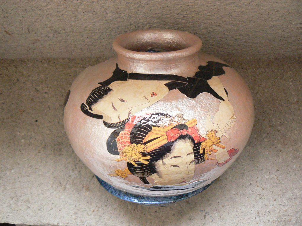 Peinture-collage (intérieur et extérieur) sur vase terre cuite cassé et recomposé. Thème : érotisme dans l'art japonais