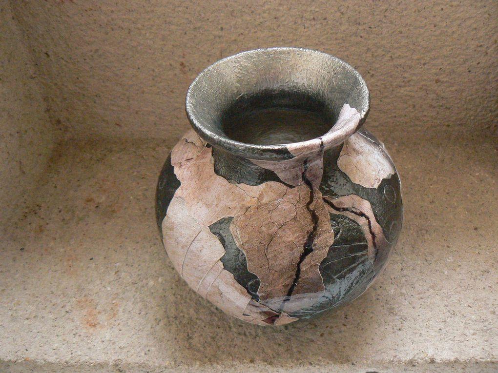Peinture-collage sur vase terre cuite (couleur fonte et or pâle)