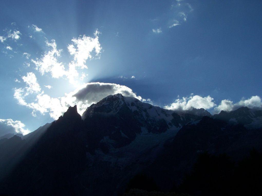 """Féérie de lumière avec le soleil qui joue """"à cache-cache"""" avec les nuages sur les sommets !"""