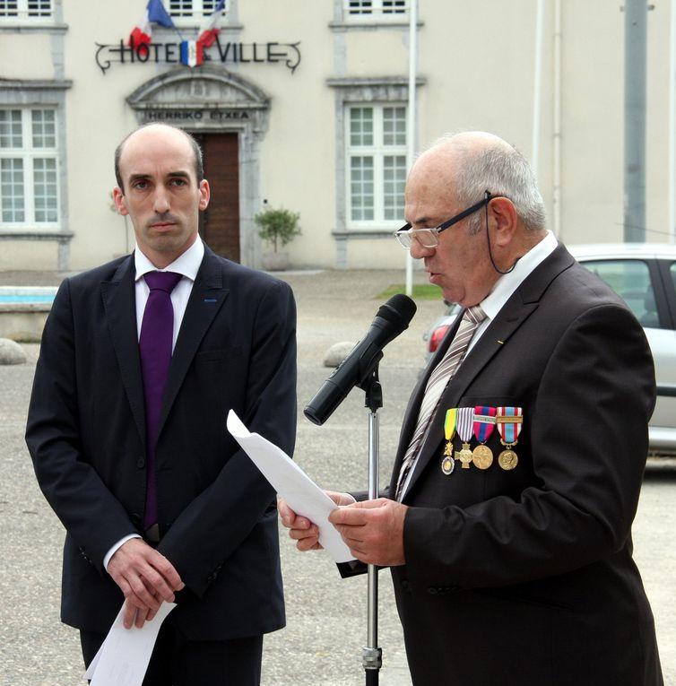 Remise des décorations à Mauléon : M. Delacroix de Ravignan (Croix Légion d'Honneur) M. Godfrin (Médaille militaire) M. Elichalt (Croix du Combattant) M. Moustrous H (T.R.N)