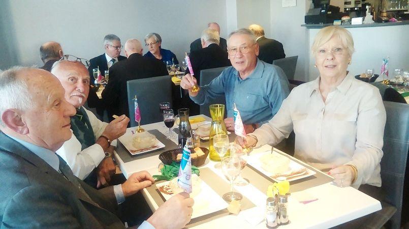 """Autour des tables au Restaurant """"A table"""" à Artix, au """"Belvdère""""  et avec le vice-président Tisserand."""