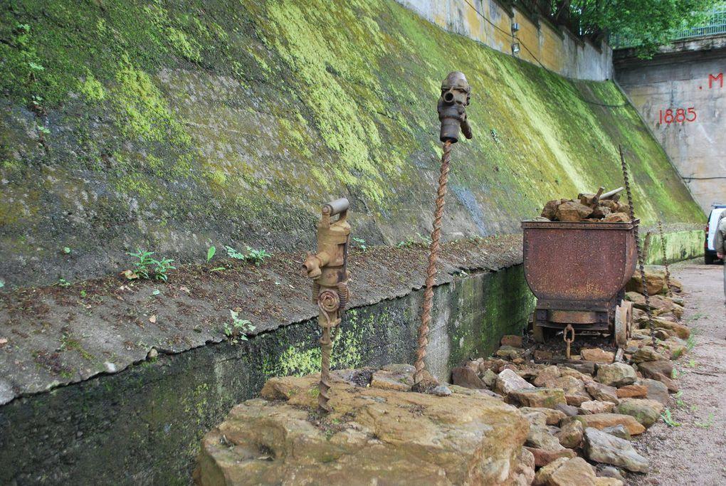 la mine de Tiercelet, , l'éboulement du plafond de mine, les bétonniéres et machines, la vierge et les wagonnets.