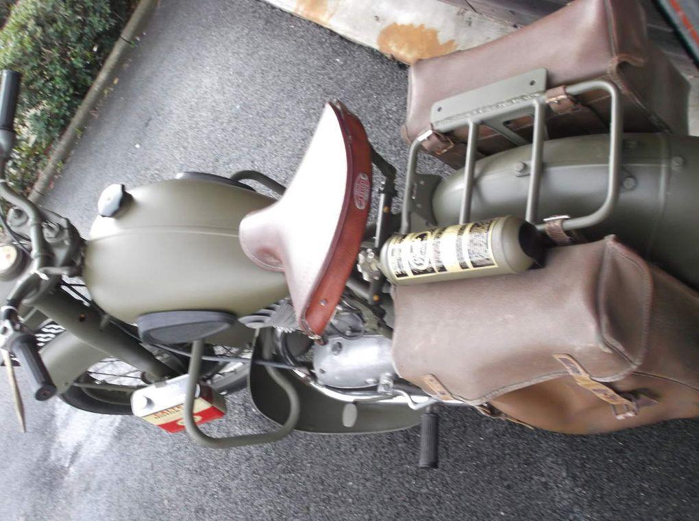 la moto telle que récupérée, démontage partiel, carrosserie, démontage du moteur, sablage, mise en peinture