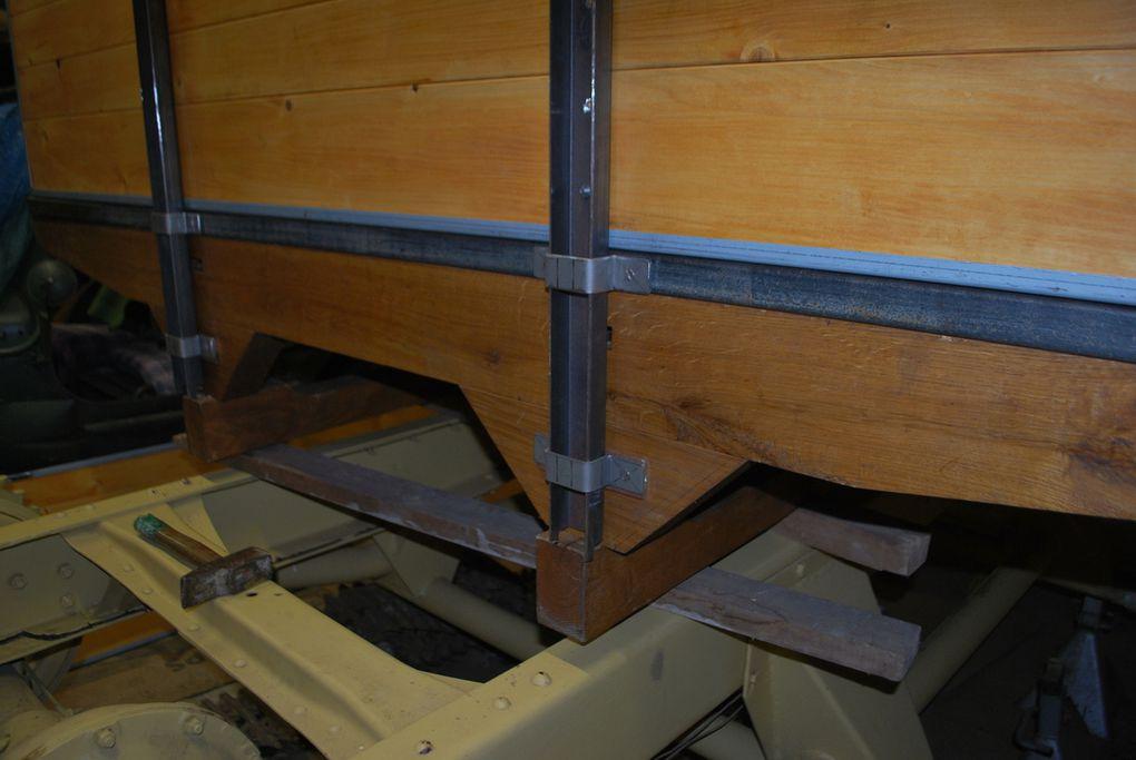 l'ajustage des ridelles, pose des omégas supports en provisoire - dynamo et régulateur.