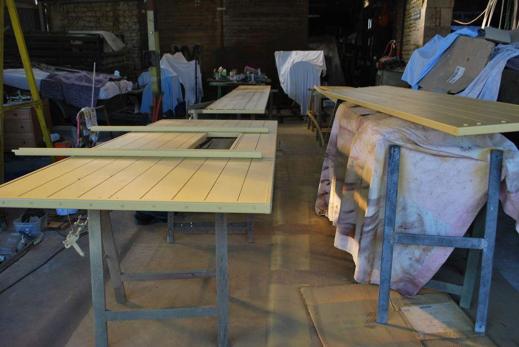 le chassis plancher  écarté et levé, peinture des étéments, brides des longerons posées peinture plancher en cours