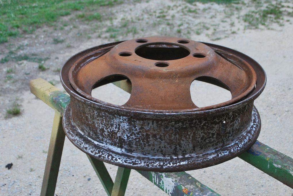 1 ére photo les jantes et reste de pneus d'origine 74 ans - trace de peinture d'origine à l'intérieur
