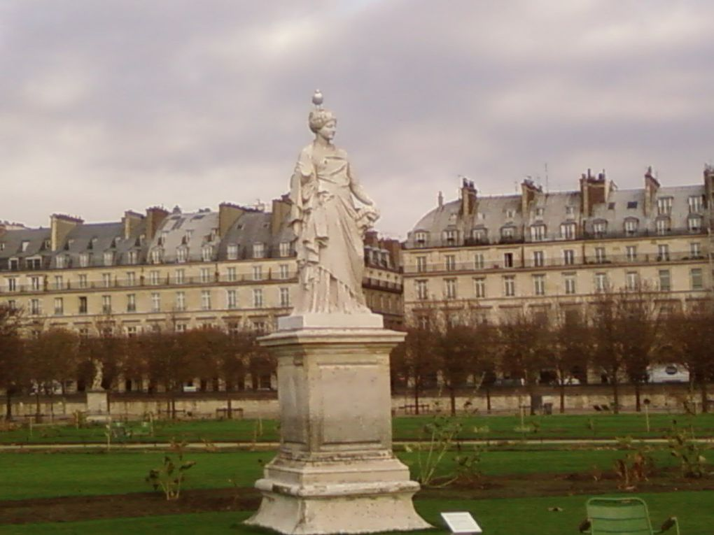 Mille facettes de Paris...#Paris #Place des Vosges #Palais Garnier #jardin des Tuileries #Tour Eiffel #Abbesses #Arc de Triomphe #rue Mouffetard #lieuxfavoris