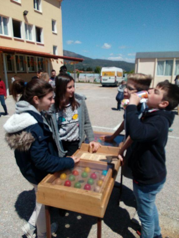 Parents et élèves profitent de cet aprés-midi ensolleillé pour jouer ensemble