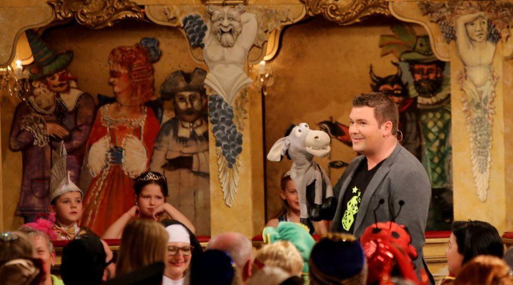 Der Würzburger Zauberkünstler und Bauchredner Sebastian Reich war gleich zweimal präsent, zunächst mit seinem Herrn Esel mitten im Publikum und später verblüffte er mit seiner reizenden Nilpferddame Amanda als Zauberer.