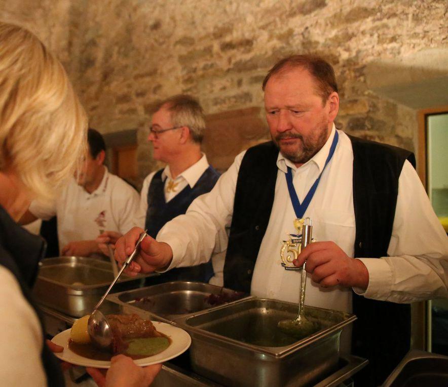 Das Präsidium des VCC mit Clubpräsident Elmar Knorz und Sitzungspräsident Erhard Sungl an der Spitze sorgte für eine exzellente Bewirtung der Gäste - es gab angemachten Käse und vom Schömig-Catering Rouladen und Blaue Zipfel.