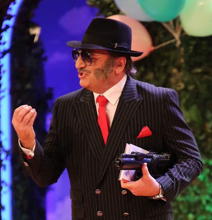 Denn ausgerechnet Sitzungspräsident Bernd Händel verschwindet plötzlich, um erstmals seit langem in seiner Paraderolle als Al Capone auf der Bühne wieder aufzutauchen. Er imitiert Seehofer, Beckenbauer, Stoiber oder Jogi Löw und landet am Ende bei Tebartz van Elst als möglichem FIFA-Präsident.