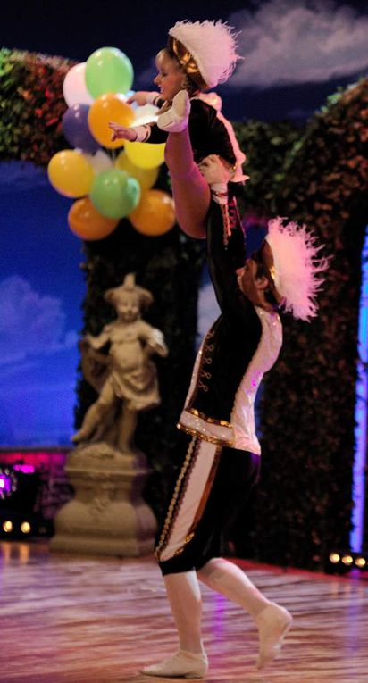 """Atemberaubende Show des Tanzpaars Sarah Philips & Christian Müller von der K.K.Buchnesia Nürnberg Ü15 4x Deutscher Meister 1x Deutscher Trizemeister  Das Duo schreibt auf Facebbook:  U""""nd schon ist alles wieder vorbei. Wir haben es geschafft und unseren ersten Soloauftritt bei """"Fastnacht in Franken"""" nun hinter uns. Wir sind wahnsinnig erleichtert, überglücklich und hoffen, dass euch das zuschauen genauso viel Freude bereitet hat wie uns das tanzen"""""""