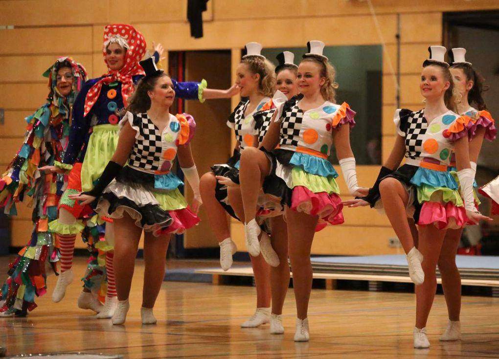 """Guter Brauch ist es in der Faschingshochburg Veitshöchheim, dass die beiden Karnevalvereine im Ort abwechselnd das Programm der Sportlerehrung mit einem delikaten Schautanz bereichern. Dieses Mal verzückte die Ü15-Garde der Tanzsportgarde unter der Leitung von Sylvia Schraut die über 400 Zuschauer mit der farbenprächtigen Tanz-Show """"Ein Museum voller Narren""""."""