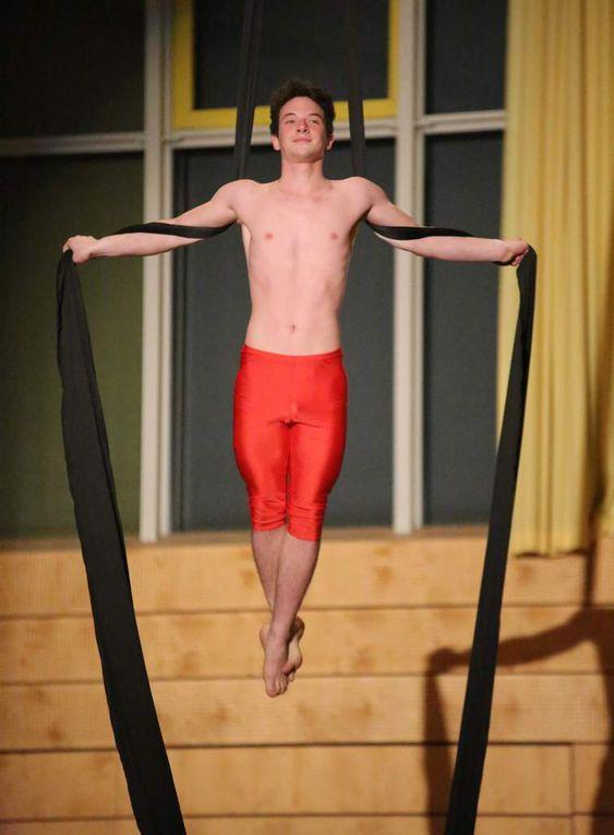 """Spektakulär und eine Augenweide war der Auftritt des Bewegungszirkus """"Allemallach"""" vom Sportverein Theilheim, der alle in seinen Bann zog."""