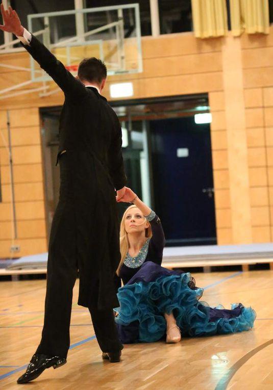 Von der Gemeinde geehrt wurde auch die Veitshöchheimerin Carina Bayerlein, die mit ihrem Partner Tom Johl für die Tanzsportgemeinschaft Fürth startet. Das Paar belegte bei den Bayerischen Meisterschaften beim Amateur-Tanzsportturnier in Weilheim in der Hauptgruppe B-Standard mit den Disziplinen Langsamer Walzer, Wiener Walzer, Tango, Slowfox, Quickstep den ersten Platz. Das Paar gab der Feier mit eindrucksvollen Kostproben ihres raumgreifenden Turniertanzsports,  einem Potpourri aus Slowfox, Wiener Walzer und Tango eine besonders elegante Note und einen würdigen Abschluss des zweieinhalbstündigen Events.