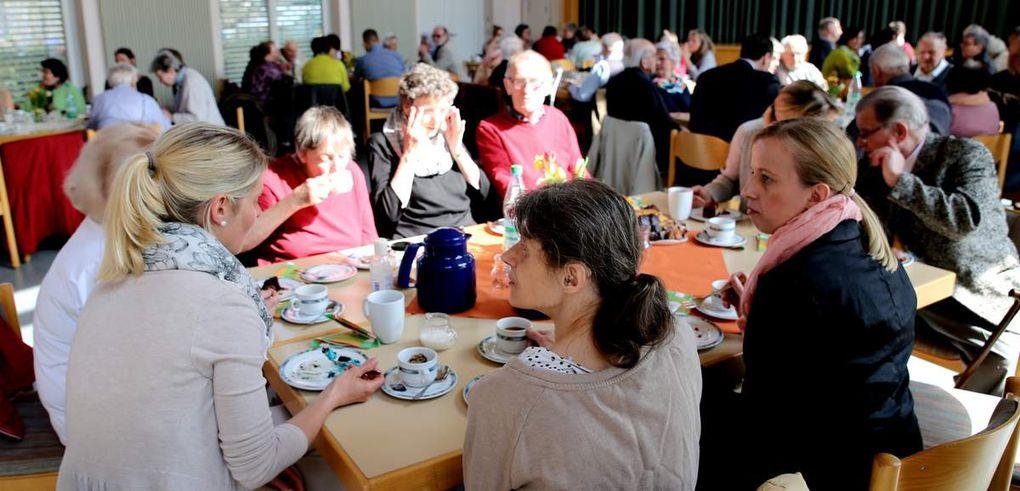 Gemütlich ging es beim Frühlingsfest der für Veitshöchheim und Thüngersheim zuständigen Caritas-Sozialstation St. Stephanus im Pfarrsaal der Kuratie bei hausgebackenen Kuchen und Torten, Kaffee und Tee zu.
