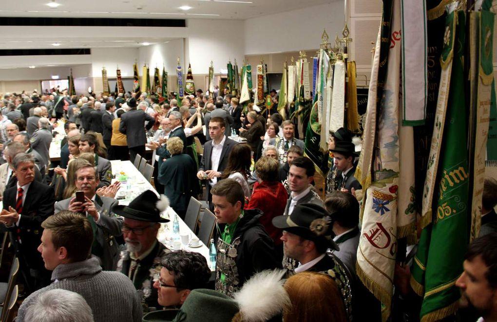 Beim Auszug der Fahnenabordnungen nach der Begrüßung spielte der Musikverein Veitshöchheim das Frankenlied.