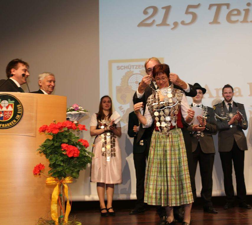 Beim 64. Bezirksschützentag in Veitshöchheim ging eine Ära zu Ende - Mathias Dörrie aus Leinach neuer Bezirksschützenmeister- Bezirksschatzmeisterin nun auch Bezirksschützenkönigin