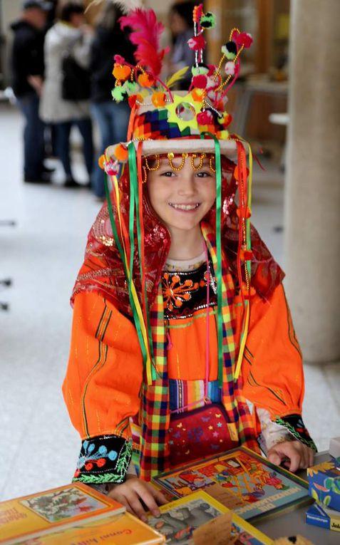 Christina  Navarrro Eisenmann, verkleidet mit einer Tinku, einer bolivianischen Tanztracht und ihr Bruder Felix begrüßten die Gäste. Die Geschwister verbrachten seit 2012 die Schulferien in der boliviansichen Heimat ihres Vaters Benjamin Navarro. Ihre Mutter Simone Navarro Eisenmann unterrichtet seit dem Schuljahr 2007/08 am Gymnasium Spanisch als spät beginnende Fremdsprache ab Klasse 10. Zuvor hatte sie zwei Jahre lang als Lehrkraft für Spanisch und Englisch an der Deutschen Schule Santa Cruz in Bolivien unterrichtet.