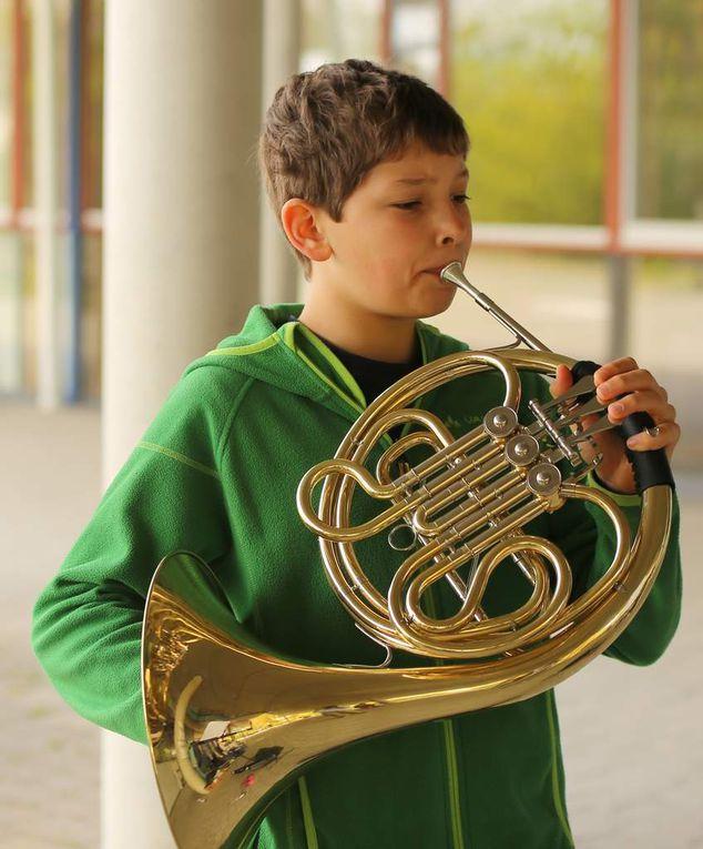 """David Vorraber aus der siebten Klasse gab mit seinem Horn """"The Water ist wide"""" zum Besten."""