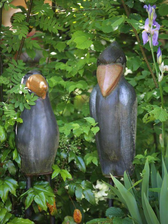 Verschiedene Kunstwerke von Hilde Würtheim und Barbara Grimm geben dem Garten einen besondere Note. Am Tag der offenen Gärten wird Hilde Würtheim anwesend sein und einige ihrer aktuellen Kunstwerke vorstellen.