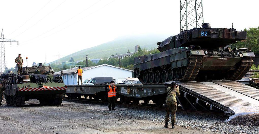 """""""Das war knapp"""" sagte ein Offizier, der angesichts dieses Bildes der Atem gestockt war - Fast wäre ein Panzer bei der Abfahrt von der eigens von der Bahn für den Panzertransport gebauten Rampe seitlich abgerutscht - Der Panzerfahrer hat nach vorne unten keine Sicht, er ist voll auf die Anweisungen seines Beifahrers angewiesen."""