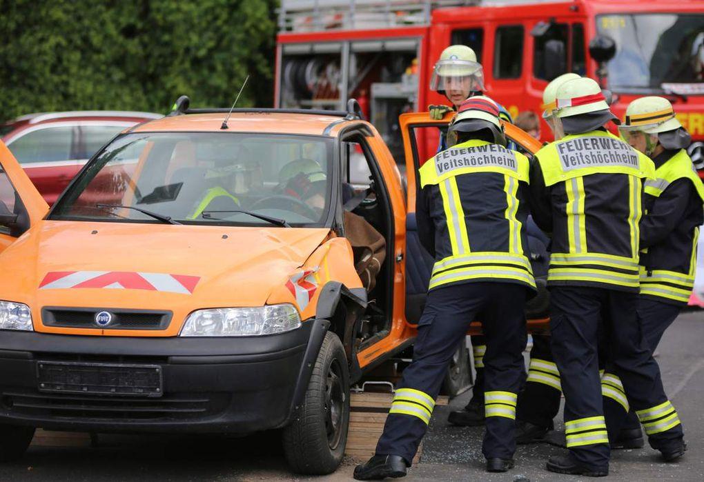 Um das Unfall-Opfer schonend zu retten, mussten die Feuerwehrleute daher zunächst die Fahrertür