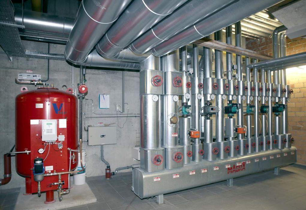 Den Auftrag für den Einbau eines Blockheizkraftwerkes (BHKW) in die bestehende Heizanlage des Schulzentrums (im Bild) vergab der Gemeinderat in der Sitzung am 31. Mai 2016 an die Firma Hahner + Krappmann, Veitshöchheim, mit einer Auftragssumme von 191.930,46 Euro brutto.  Das BHKW in der Heizzentrale der Dreifachturnhalle hat eine thermische Leistung von 81 kW und eine elektrische Leistung von 50 kW. Der Gesamtwirkungsgrad liegt bei 90 Prozent. Das BHKW erzeugt im Jahr etwa 540.000 kWh Wärme und 333.550 kWh Strom. Der Spitzenbedarf der Heizzentrale wird über bestehende Gaskessel abgedeckt.  Über 70 Prozent des Stroms sollen der Eigenstromnutzung dienen. Die Wärmeenergie wird zu einem großen Anteil in der Eichendorffschule verbraucht. Deren Anteil sinkt logischerweise mit der Sanierung. Ans Wärmenetz der Heizzentrale sind ferner das Gymnasium, die Rupert-Egenberger-Schule, die Dreifachturnhalle und das Hallenbad angeschlossen.  Die Betriebskosteneinsparung liegt - laut Wirtschaftlichkeitsberechnung - bei 52.666,08 Euro netto im Jahr gegenüber. Die CO2-Emission der Heizzentrale reduziert sich um ca. 21 Prozent bzw. 102,1 Tonnen.  Die Amortisationszeit liegt bei etwa vier Jahren. Eine staatliche Förderung des BHKW erfolgt nicht.