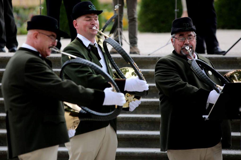 """Die Würzburger Parforcehornbläser unter der Leitung von Markus Friedrich glänzten so mit dem schwungvollen """"Der Jäger aus Kurpfalz"""", dem getragenen """"Gebet der Jäger"""" und der """"Hymne an die Freude""""."""