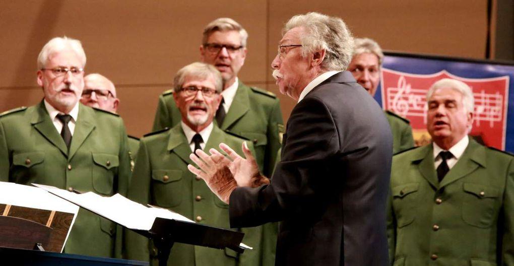 """Zunächst präsentierte jedoch der Polizeichor als ersten Abschnitt seines anspruchsvollen dreiteiligen Programms  der Polizeichor Würzburg, noch in Uniform, im Kontrast zu den schrecklichen Terrorereignissen der letzten Zeit neu einstudierte Lieder über ein wundervolles Leben, getragen von Empfindungen und Träume wie """"Die Wunder dieser Welt"""" nach der Musik von Pasquale Thibaut, """"Dieser Tag ist schön"""" von Antonin Dvorak, """"Überall auf der Welt singt man Lieder"""" nach Verdis Gefangenenchor aus Nabucco und dem Hit """"One Way Wind"""" der niederländischen Pop-Gruppe """"The Cats"""" aus dem Jahr 1972. Diesen ersten Abschnitt schloss der Chor mit einer tollen Premiere, nämlich dem Song """"My Way"""", mit dem Frank Sinatra 1968 Weltruhm erlangte."""