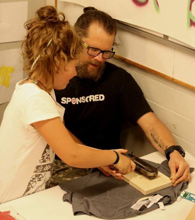 Im Eingagsbereich können die Schüler mit Fachlehrern Buttons herstellen oder T-Shirts drucken.