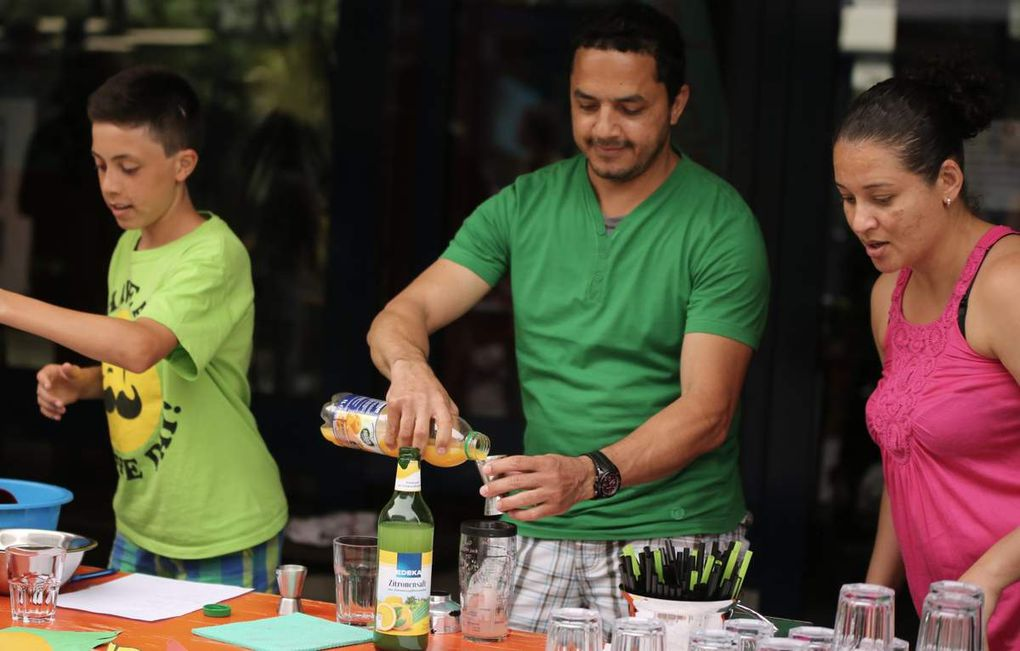 Leckere alkoholfreie Cocktails kredenzen die aus der Dominikanischen Republik kommenden Eltern einer Schülerin aus der Ü-Klasse. Die Klasse 6a verkauft Waffeln.