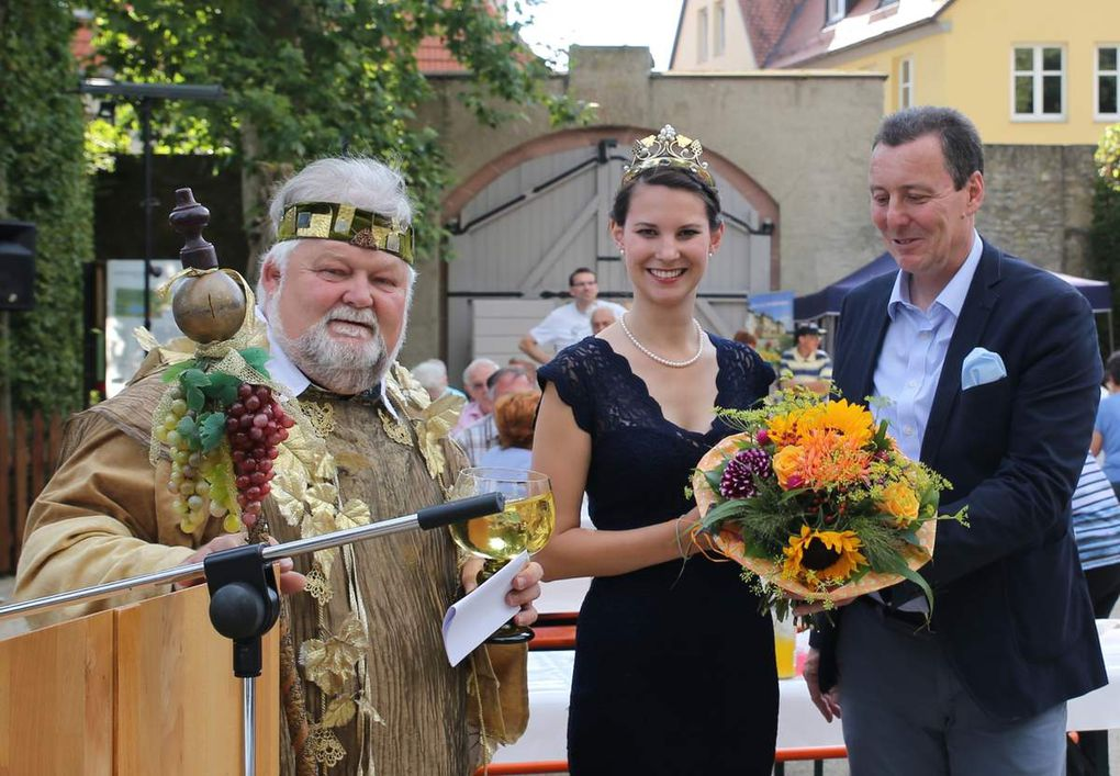 Der Bürgermeister überreichte dem Ehrengast, wie es sich gehört einen Blumenstrauß und nahm dann symbolisch aus dem großen Römer des Weingottes einen ersten Schluck des edlen Fränkischen Rebensaftes.