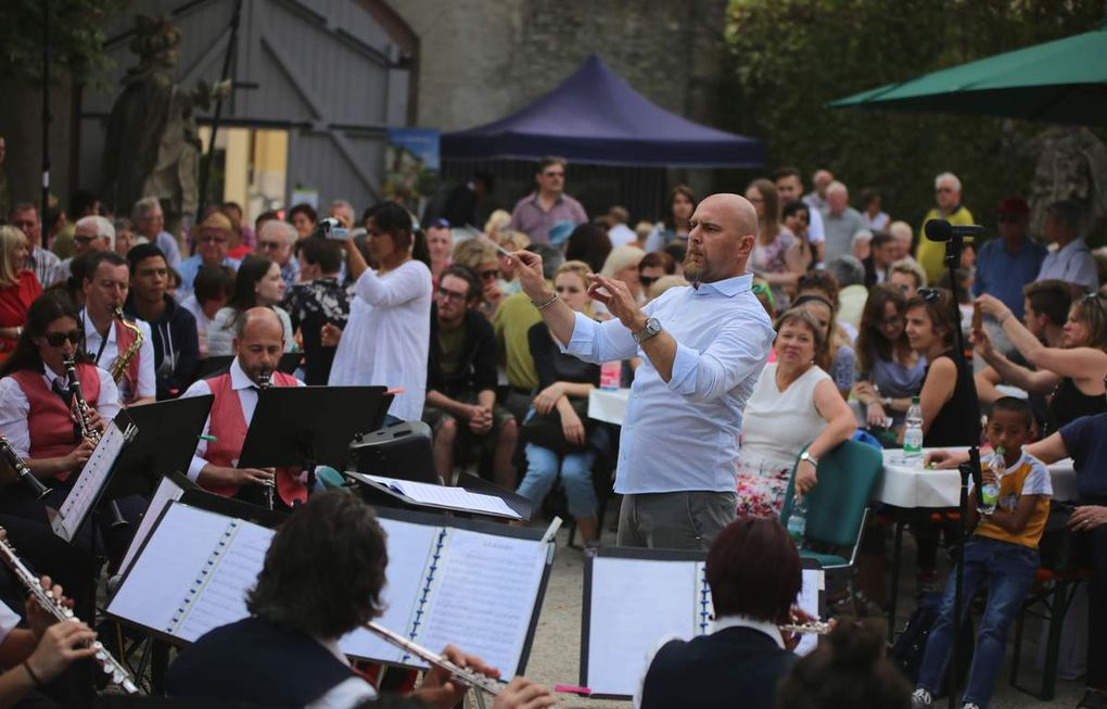 Voll im Griff hatte der temperamentvoll dirigierende Kapellmeister Lorenzo Anichini das Orchester der Banda di Panzano. Die Musiker verwöhnten die 1000 Gäste zum Weingenuss mit einem außergewöhnlichen Ohrenschmaus. Viele der gespielten Blasmusikstücke hat der Dirigent selbst arrangiert.